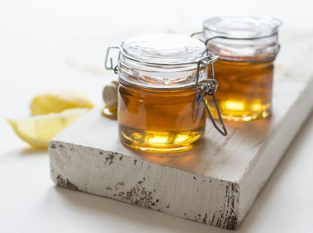 Hierva el agua con el ajo. Retírelo del fuego, agregue la miel y el jugo de limón. Beba media taza de este concentrado, tres veces al día
